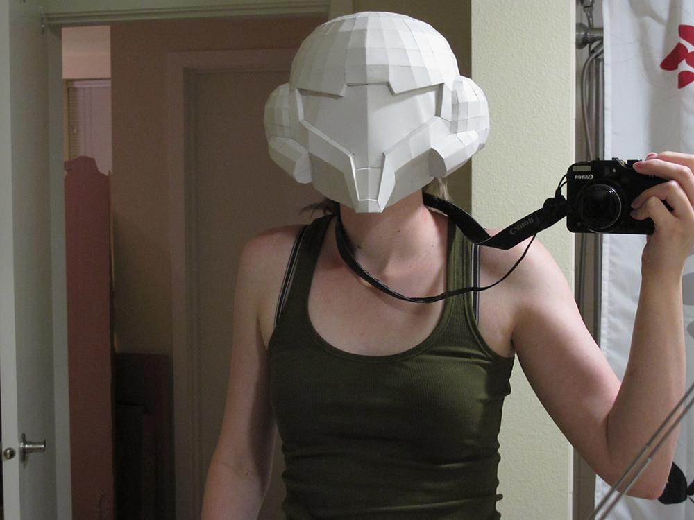 3Dプリントされたメトロイドの主人公サムス・アランのヘルメットをかぶる