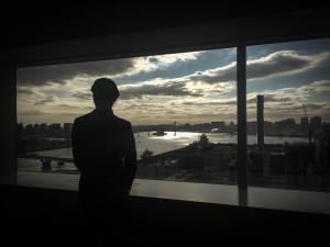 黄昏れる別所さん、3DCADの夜明けを見ているのだろうか?