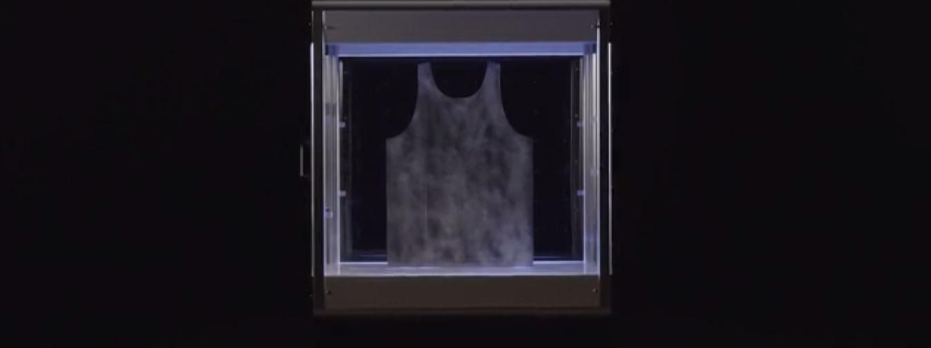ボックスの中の型に吹き付けで布を成形