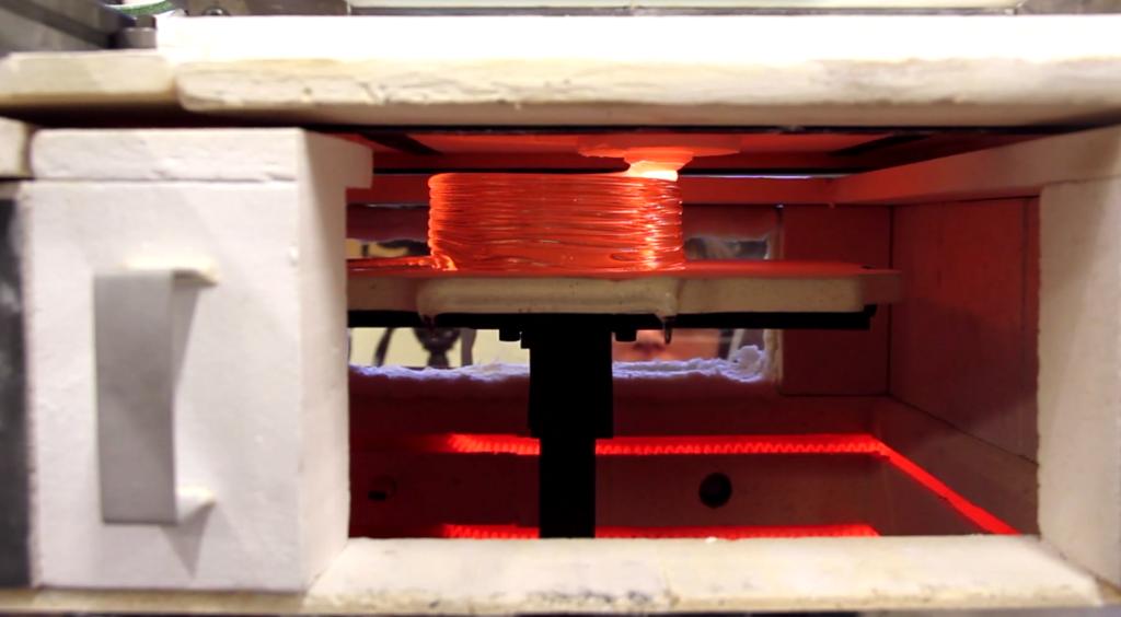 プリンター自体が1000度以上に保たれた炉になっている
