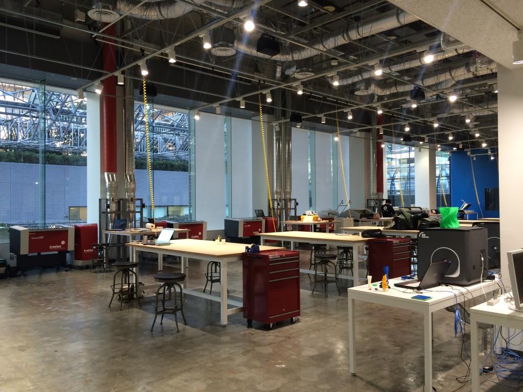 巨大なスペースに様々な機材が揃うTechShop