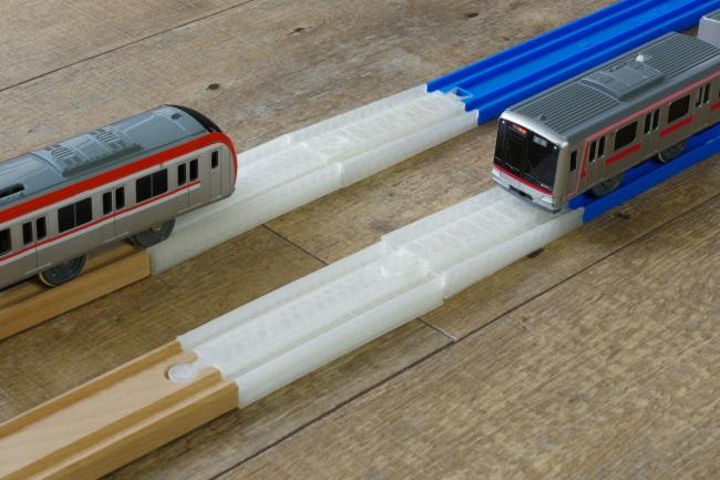木製の線路とプラレールの相互通運転を可能にする線路(使用イメージ)