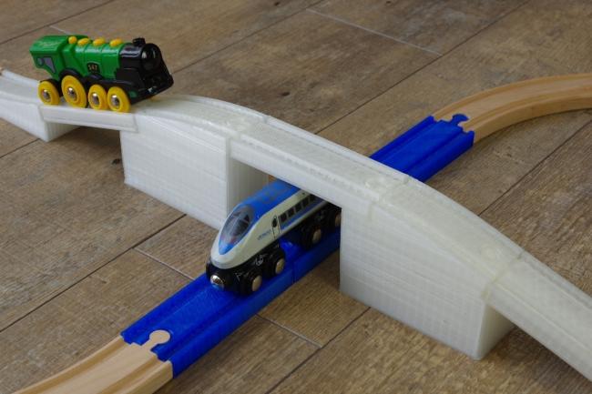 立体交差を可能にする高さのあるアーチ線路(使用イメージ)