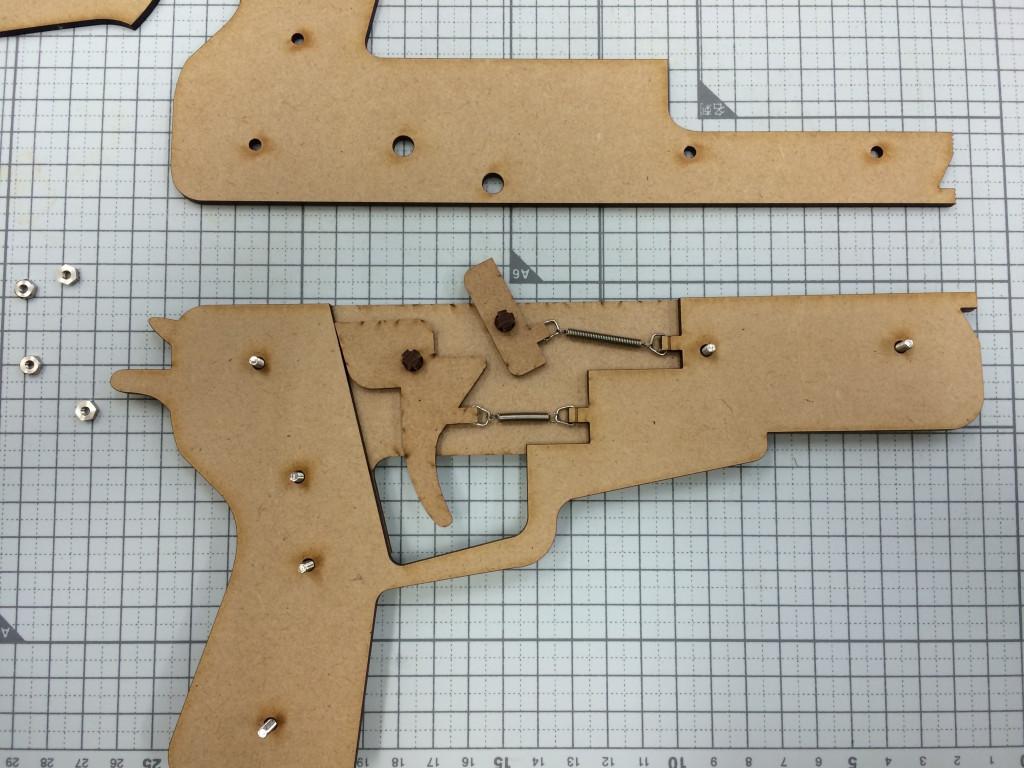 レーザーカッター拳銃の組み立て作業中