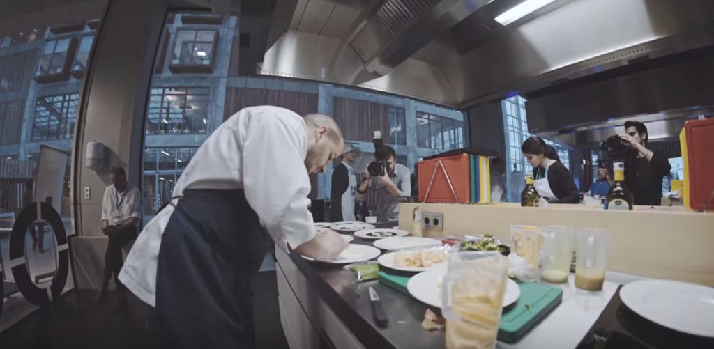料理人が調理する