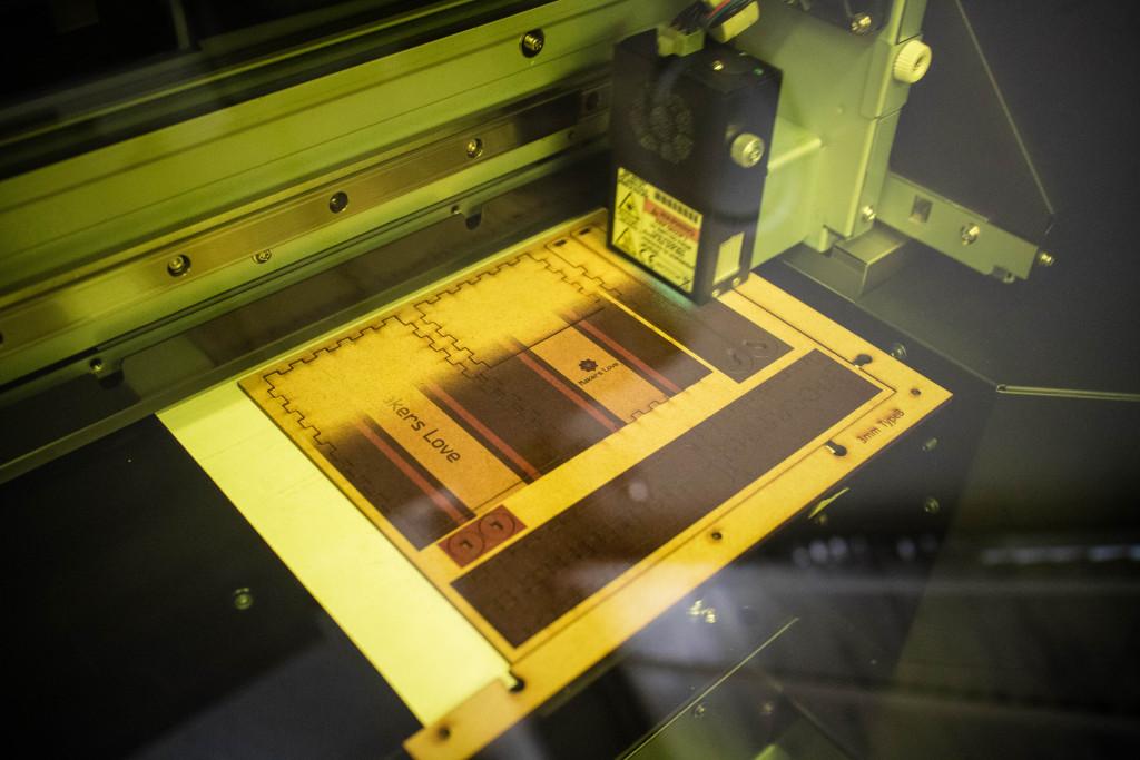 外枠を治具として、UVプリンターに部品を固定する