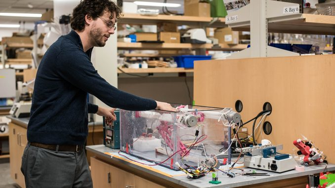 出展:テンプルニュース ゲーステンハーバー教授が3Dプリンタについて説明