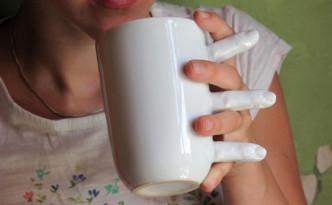 人の手のマグカップ
