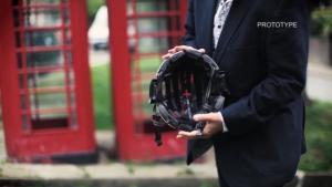 MORPHER 折り畳める自転車用ヘルメットを取り出した