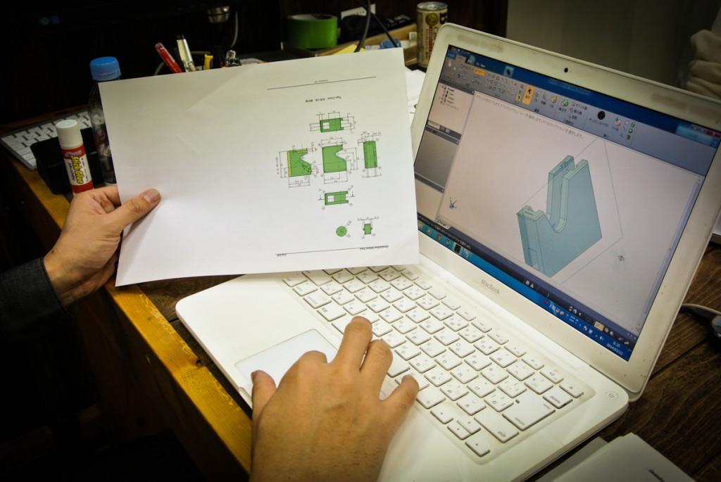 平面の設計図を見ながらCADでの設計を行う