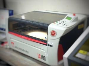 レーザー彫刻機GRAVOGRAPHのLS100