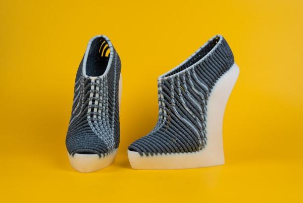 3Dプリンターの靴の正面と横