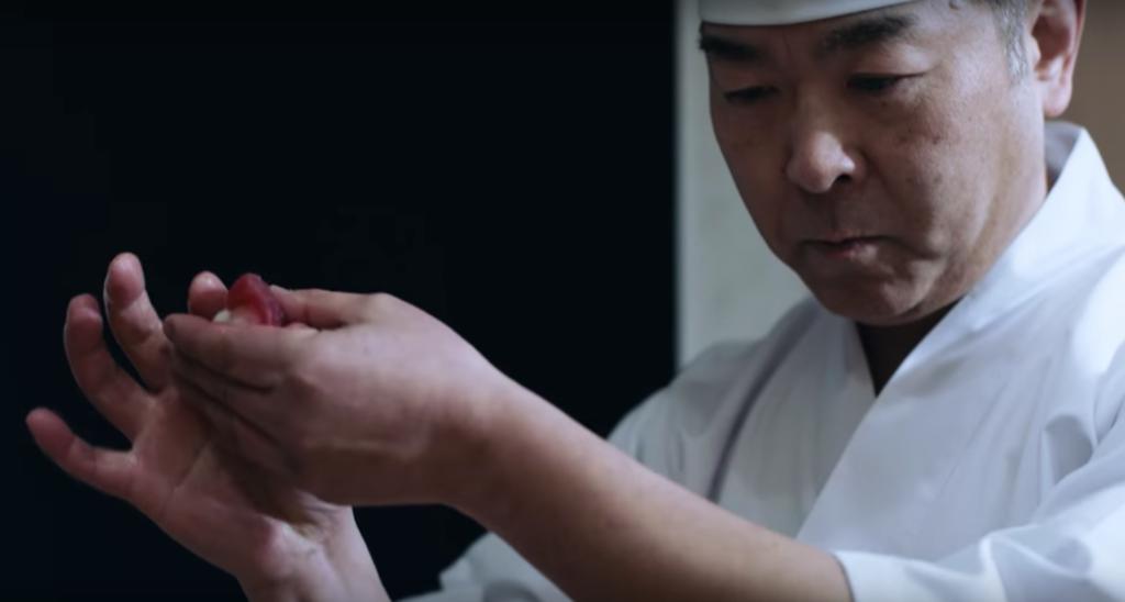 東京で寿司職人が寿司を握る