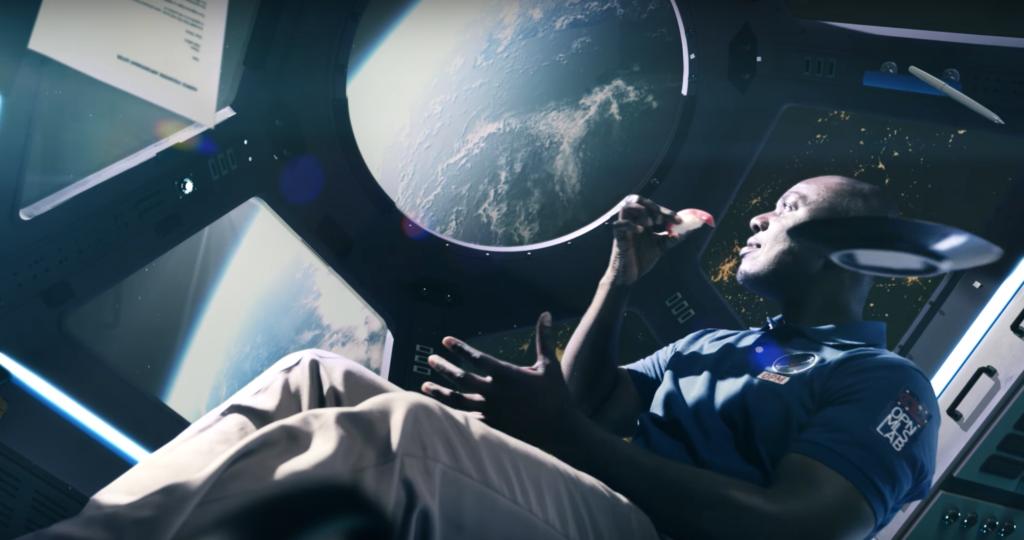 宇宙船で寿司を食べる